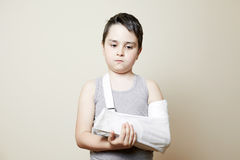 Muchacho lindo con el brazo quebrado Foto de archivo