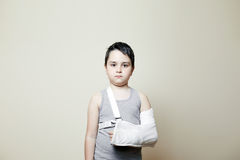 Muchacho lindo con el brazo quebrado Imágenes de archivo libres de regalías