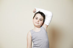Muchacho lindo con el brazo quebrado Imagen de archivo