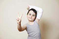 Muchacho lindo con el brazo quebrado Fotos de archivo libres de regalías