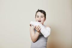 Muchacho lindo con el brazo quebrado Imagen de archivo libre de regalías