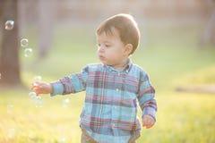 Muchacho lindo con la burbuja fotografía de archivo libre de regalías