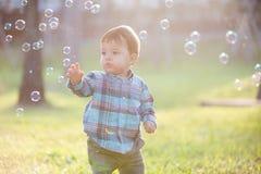 Muchacho lindo con la burbuja fotos de archivo
