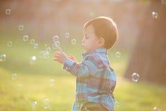 Muchacho lindo con la burbuja imagen de archivo