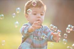 Muchacho lindo con la burbuja fotografía de archivo