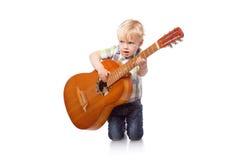 Muchacho lindo con la guitarra clásica Foto de archivo libre de regalías
