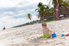 Muchacho lindo del niño en una playa tropical Imágenes de archivo libres de regalías
