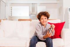 Muchacho lindo del preadolescente que juega al juego de la consola después de escuela fotos de archivo libres de regalías