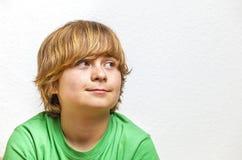 Muchacho lindo en camisa verde Fotos de archivo libres de regalías