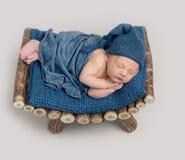 Muchacho lindo en dormir azul del capo imagen de archivo libre de regalías