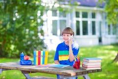 Muchacho lindo feliz que vuelve a la escuela Foto de archivo libre de regalías
