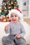 Muchacho lindo que come el caramelo torcido Imagen de archivo