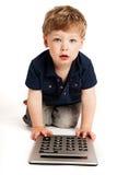 Muchacho lindo que cuenta con la calculadora. Fotografía de archivo libre de regalías