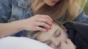 Muchacho lindo que duerme en las manos de la madre, el pelo de la caricia de la mujer de su ni?o en el parque Aire libre del ocio metrajes