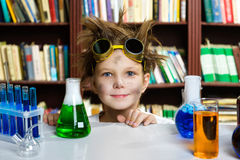 Muchacho lindo que hace la investigación de la bioquímica en química Imagenes de archivo