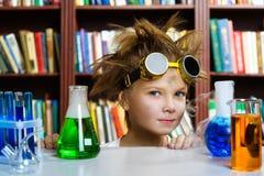 Muchacho lindo que hace la investigación de la bioquímica en química Fotografía de archivo libre de regalías