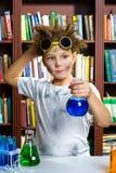 Muchacho lindo que hace la investigación de la bioquímica en química Fotografía de archivo