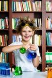 Muchacho lindo que hace la investigación de la bioquímica en química Foto de archivo libre de regalías