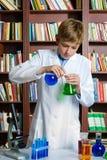 Muchacho lindo que hace la investigación de la bioquímica en química Fotos de archivo libres de regalías