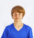 Muchacho lindo sonriente con el pelo rubio en el estudio Foto de archivo