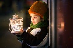 Muchacho lindo, sosteniendo la linterna al aire libre Fotos de archivo