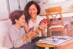 Muchacho lindo y muchacha que se divierten que juega al juego tablero Imágenes de archivo libres de regalías