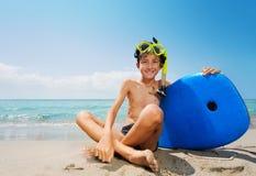 Muchacho listo para la máscara y el tablero que bucean de la diversión del mar Fotografía de archivo libre de regalías