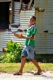 Muchacho local que camina alrededor del pueblo de Lavena en la isla de Taveuni, Fiji Imágenes de archivo libres de regalías
