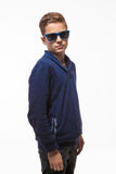 Muchacho moreno del inconformista del adolescente del actor en gafas de sol Imagen de archivo