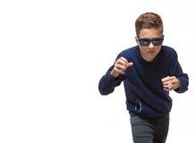Muchacho moreno del inconformista del adolescente del actor en gafas de sol Fotografía de archivo libre de regalías