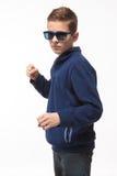 Muchacho moreno del inconformista del adolescente del actor en gafas de sol Imágenes de archivo libres de regalías