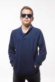 Muchacho moreno del inconformista del adolescente del actor en gafas de sol Fotos de archivo