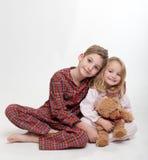 Muchacho, muchacha y oso de peluche Fotografía de archivo
