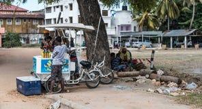 Muchacho musulmán que vive en Zanzíbar que vende el agua chispeante Fotos de archivo