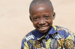 Muchacho negro africano mojado que ríe al aire libre con sonrisa enorme Imágenes de archivo libres de regalías