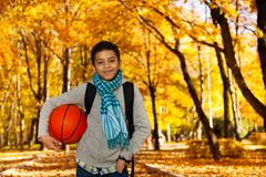 Muchacho negro con la bola en parque Fotografía de archivo libre de regalías