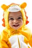 Muchacho negro del niño, vestido en el traje del carnaval del león, aislado en el fondo blanco. Zodiaco del bebé - muestra Leo. Fotos de archivo libres de regalías