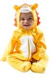Muchacho negro del niño, vestido en el traje del carnaval del león, aislado en el fondo blanco. Zodiaco del bebé - muestra Leo. Foto de archivo libre de regalías