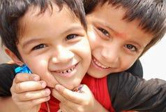 Muchacho nepalés muy feliz después de caramelo recibido del viajero en Pokhara, Nepa imagen de archivo