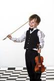 Muchacho pecoso del rojo-pelo que toca el violín. Foto de archivo