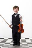 Muchacho pecoso del rojo-pelo que toca el violín. Imagen de archivo