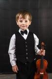 Muchacho pecoso del rojo-pelo que toca el violín. Imagenes de archivo