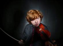 Muchacho pecoso del rojo-pelo que toca el violín Imagenes de archivo