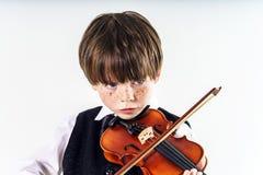 Muchacho pelirrojo del preescolar con el violín Foto de archivo