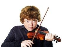 Muchacho pelirrojo gordo grande con el pequeño violín Fotos de archivo