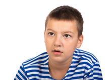 Muchacho pensativo el adolescente aislado en un fondo blanco Imagen de archivo libre de regalías