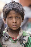 Muchacho pobre del retrato en la calle en Leh, Ladakh La India Foto de archivo libre de regalías