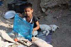 Muchacho pobre y perro Fotos de archivo libres de regalías