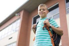 Muchacho pre adolescente afuera en la escuela Fotos de archivo