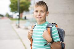 Muchacho pre adolescente afuera en la escuela Foto de archivo libre de regalías